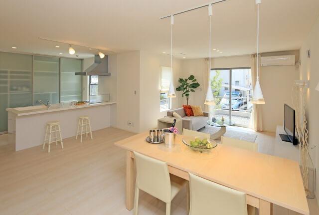 白い内装のキッチンとリビングルーム