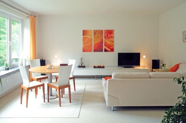 白で統一された綺麗な部屋とオレンジの差し色